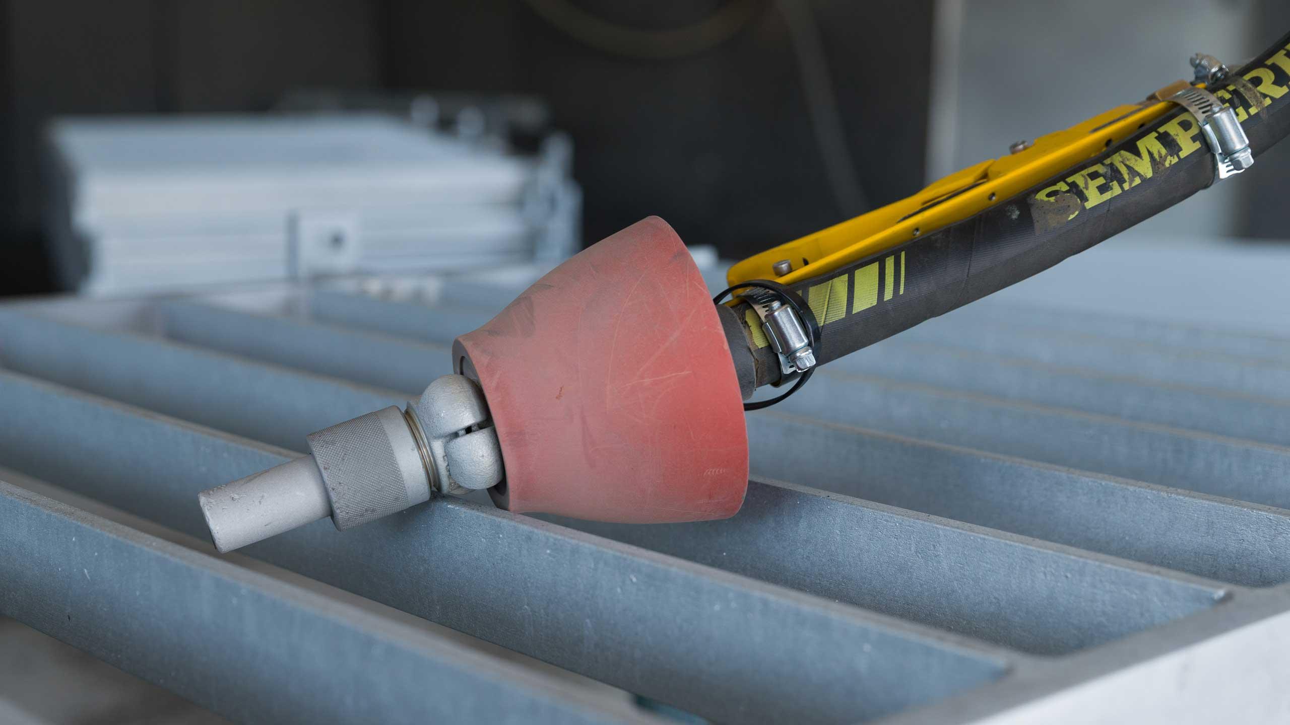 Werkzeug liegt auf einem Geländerelement der Firma Pudenz und Heddergott GmbH aus Wilbich