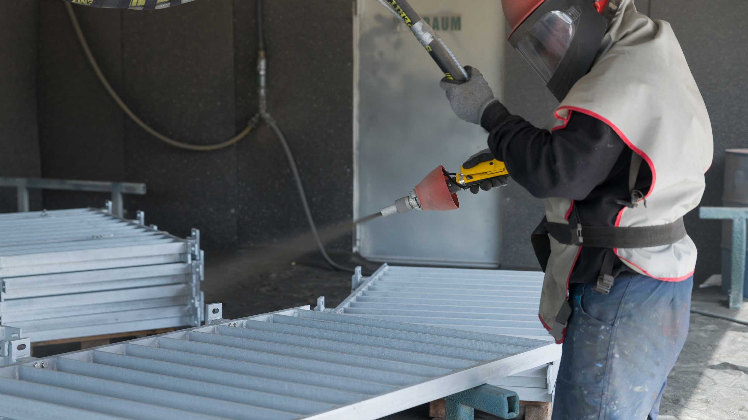 Angestellter der der Firma Pudenz und Heddergott Industrieanstrich GmbH aus Wilbich beim Bearbeiten eines Geländers