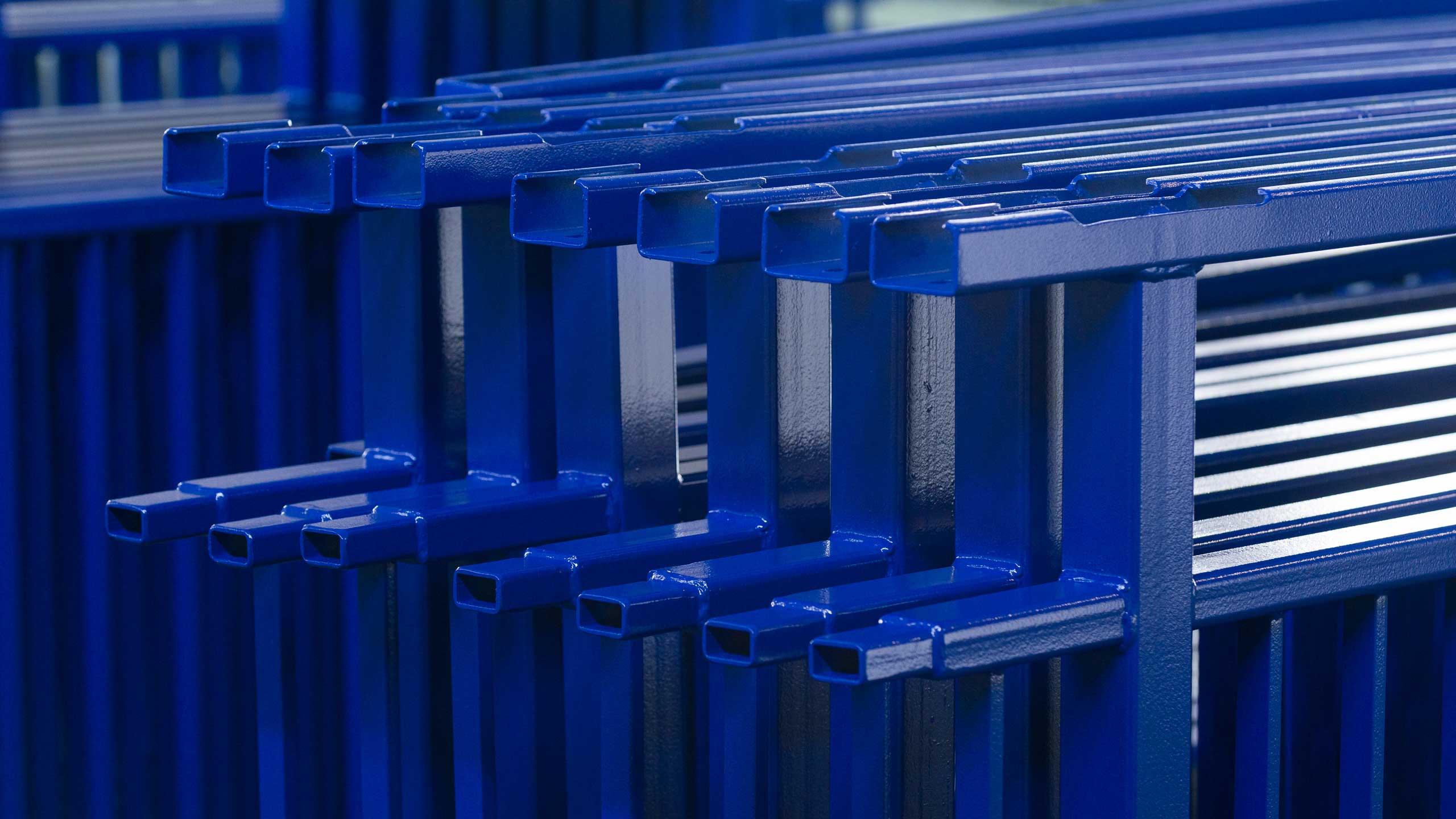 Nahaufnahme eines blauen Brückengeländers, ein Referenzprojekt der Firma Pudenz und Heddergott aus Wilbich