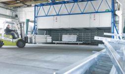 Gabelstapler fährt in Produktionshalle der Außengelände der Firma Pudenz und Heddergott Industrieanstrich GmbH aus Wilbich